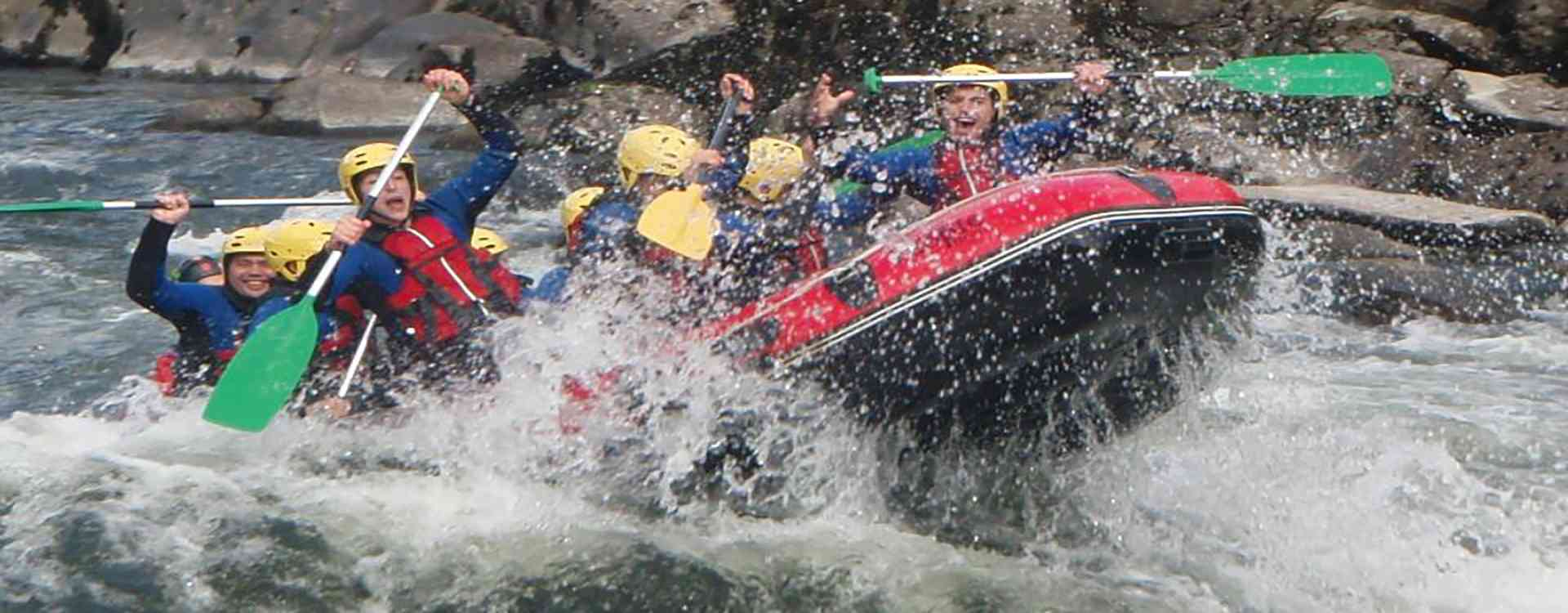 grupo de jovenes realizando descenso en rafting por el rio ulla